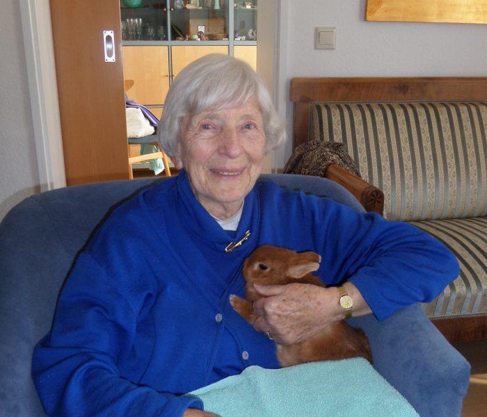 Foto: Bewohnerin mit Hase